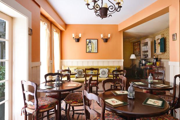 Petit Auberge Orange Room