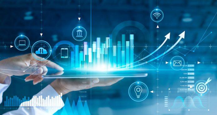 Concepto de pronóstico de aprendizaje automático: persona con tableta con gráficos de visualización de datos