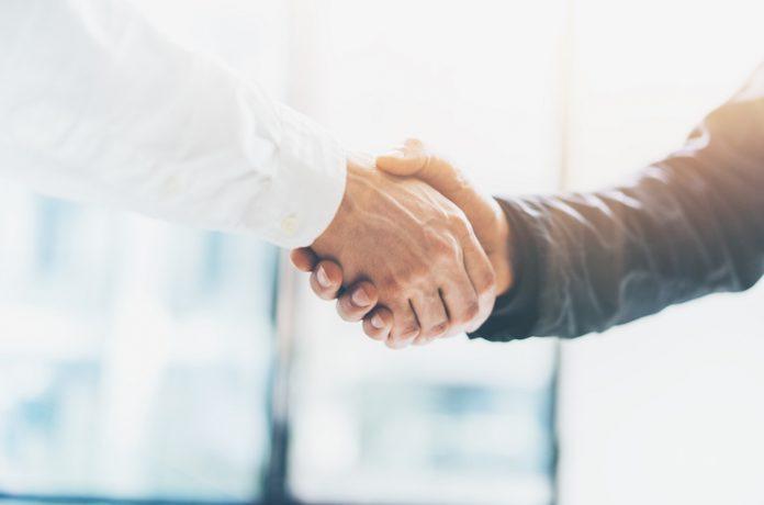 Reunión de asociación empresarial.  Apretón de manos de empresario de imagen.  Empresarios exitosos dándose la mano después